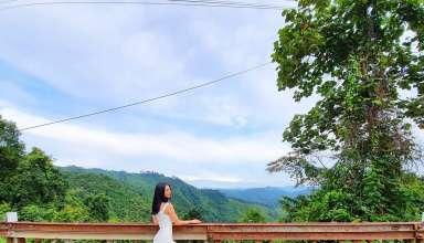 Người đẹp diện váy bodycon kết hợp với giày thể thao khi đi du lịch.