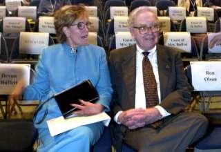 Warren Buffett cùng người vợ đầu, Susan Thompson (Nguồn: BI)