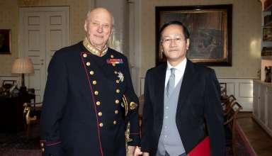 Đại sứ Lê Hồng Lam trình Thư ủy nhiệm lên Nhà vua Na Uy Harald V.