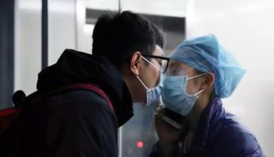 Chen Ying và bạn trai trao nhau nụ hôn hôm 4/2 qua kính cách ly. Ảnh:Chinanews.