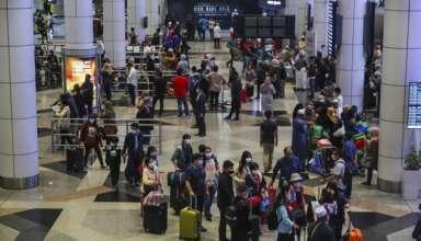 Khách du lịch xếp hàng chờ lên máy bay tại sân bay quốc tế Kuala Lumpur ở Sepang