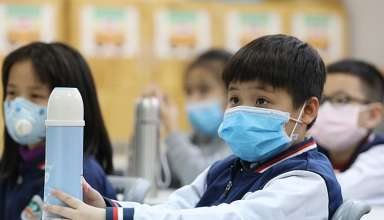 Học sinh Hà Nội đi học ngày 31/1, mỗi em có một bình nước riêng. Ảnh: Ngọc Thành