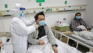 Bác sĩ điều trị bệnh nhân nhiễm nCoV tại bệnh viện ở Vũ Hán. Ảnh:AP