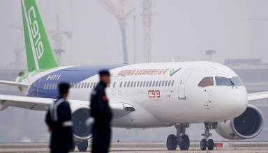 Máy bay chở khách C919của Trung Quốc hạ cánh chuyến bay đầu tiên tại sân bay quốc tế Pudong ở Thượng Hải, Trung Quốc ngày 5/5/2017.Ảnh: Reuters