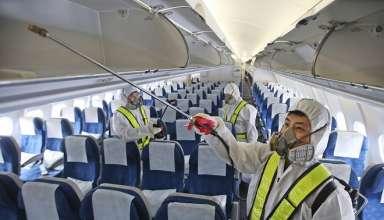 Nhân viên hãng hàng không đang khử trùng máy bay. Ảnh:AP